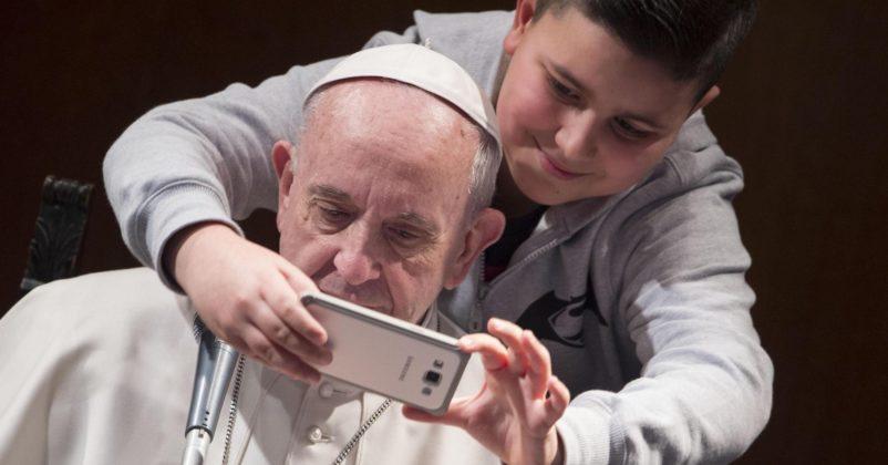 Ferenc pápa és a fiatalok (MTI)